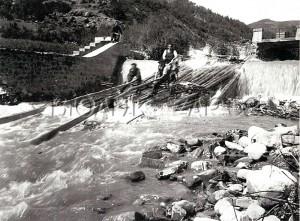Almadía saltando la presa de Ziberria, en Vidángoz. En un salto similar, aunque en un río de mayor envergadura, se produjo la desgracia