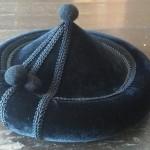 Un sombrero calañés, cuyas dos bolicas se representan mucho mayores en el dibujo